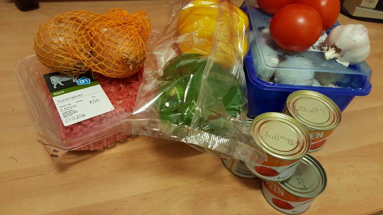 ingrediënten voor bolognesesaus, gehakt, ui, paprika, tomaat, champignon, tomatenpuree en knoflook.