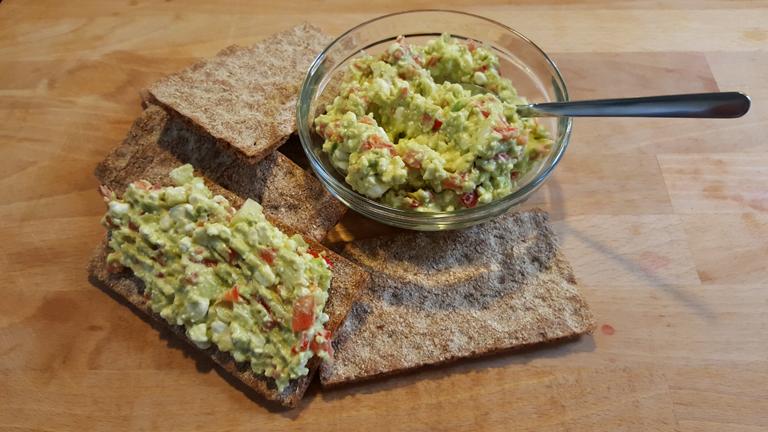 guacamole eiwitrijk in een bakje en op toast