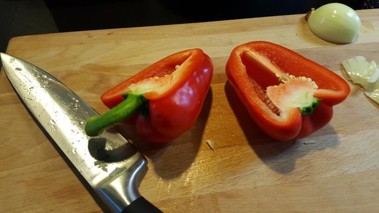 een gehalveerde rode paprika