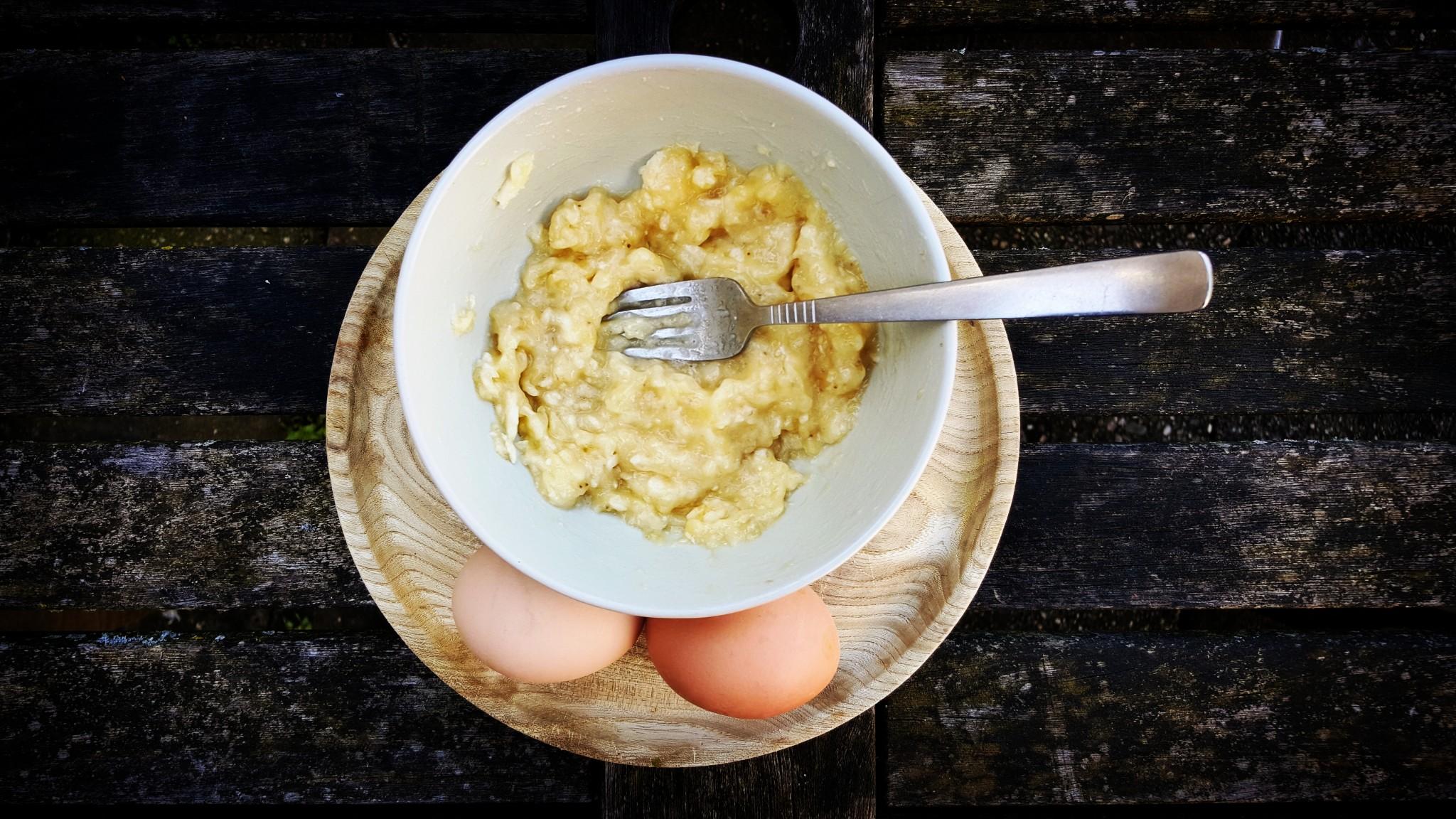 bananenpannenkoek recept stap 1 de banaan prakken