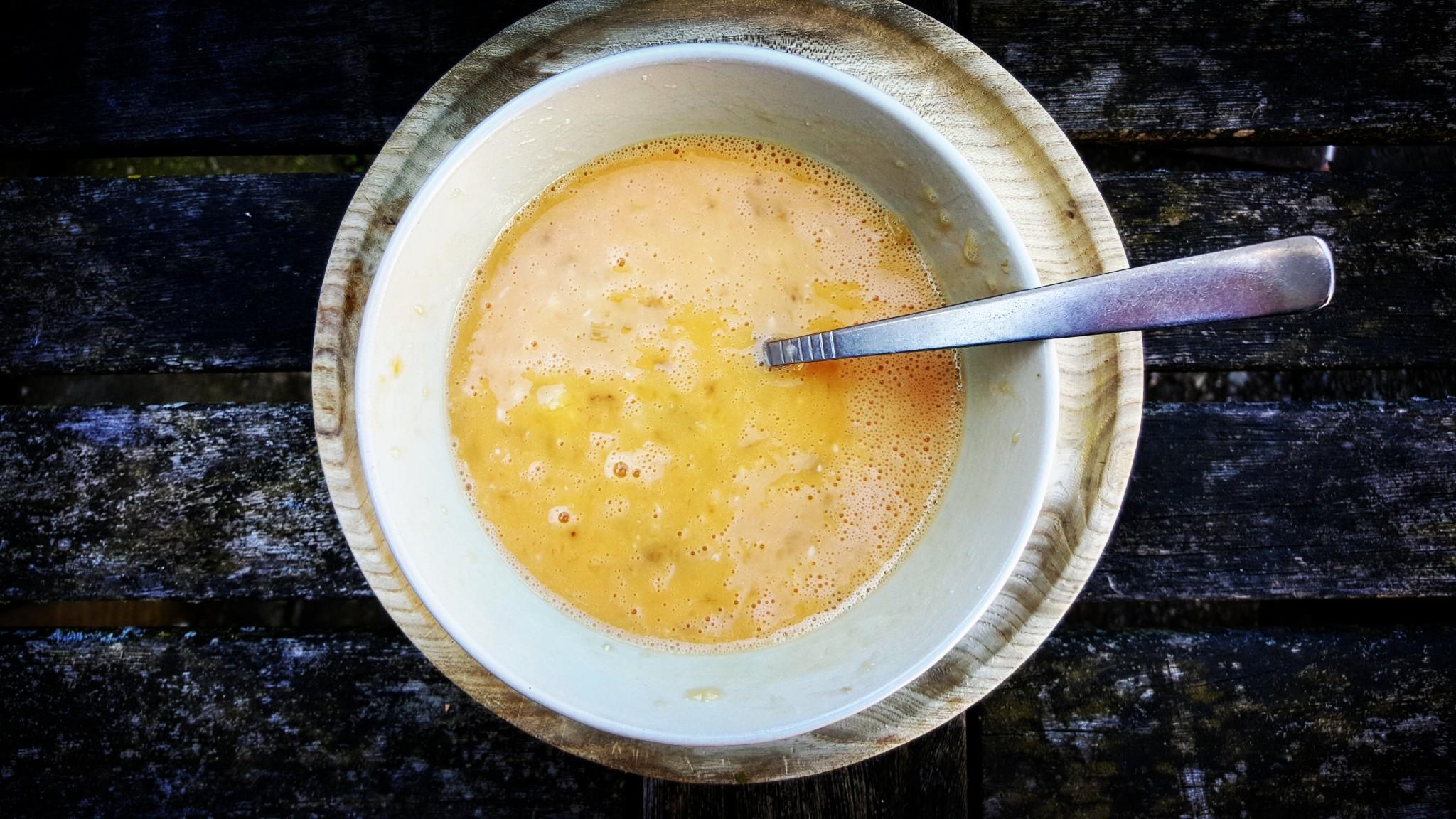 bananenpannenkoek recept stap 2 meng twee eieren met de geprakte banaan