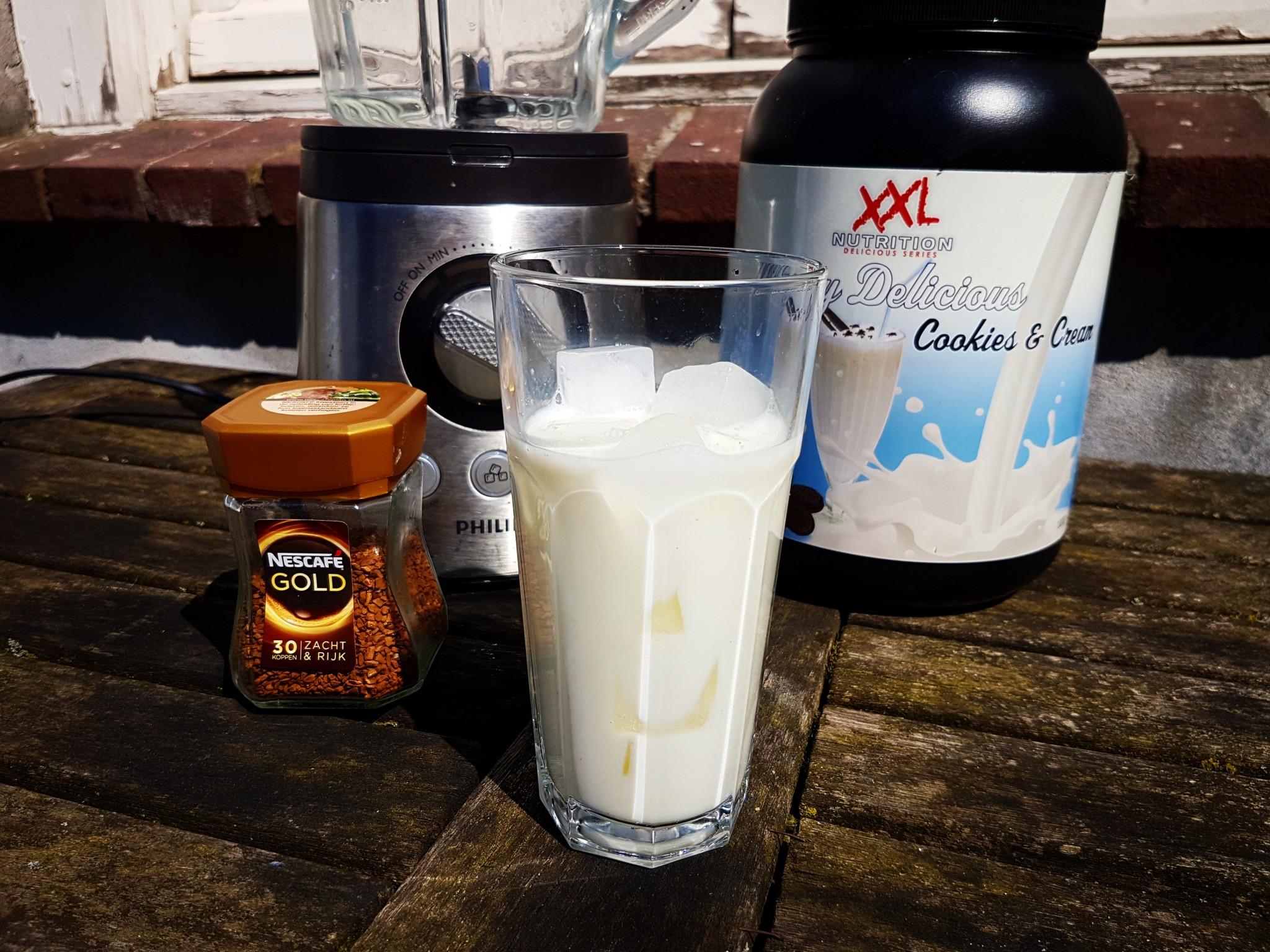 Vul een groot glas tot 3/4e met ijsblokjes en halfvolle melk
